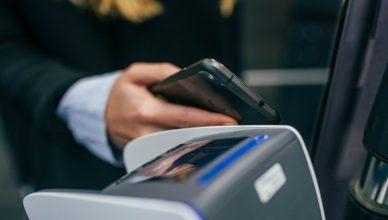 Les paiements électroniques coûteraient moins cher aux commerçants